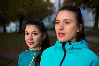 Freundinnen in Trainingsjacken - p341m1092201 von Mikesch