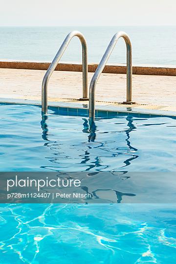 Pool Einstieg - p728m1124407 von Peter Nitsch