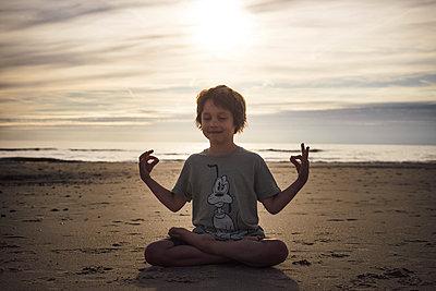 Kinder Yoga - p305m1171484 von Dirk Morla