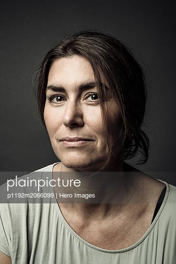Portrait confident beautiful brunette woman - p1192m2066099 by Hero Images