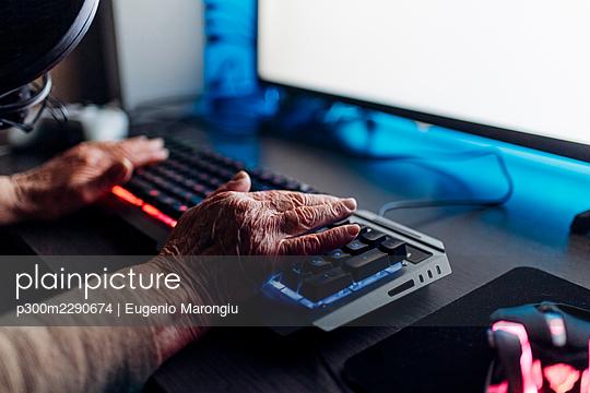 Senior woman using computer at home - p300m2290674 by Eugenio Marongiu