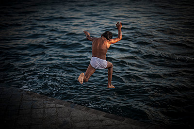 Boy jumping into the Golden horn of Bosphorus - p1007m1134852 by Tilby Vattard