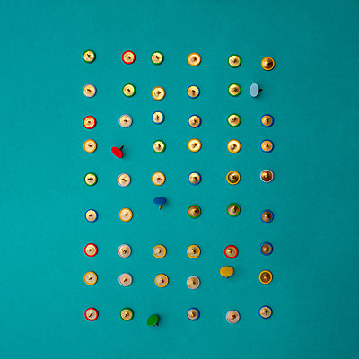 Arrangement of colourful drawing pins - p1228m2216407 by Benjamin Harte