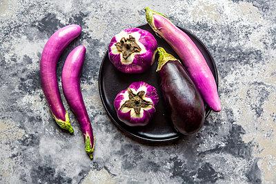 Various sorts of aubergines - p300m2081196 von Sandra Roesch