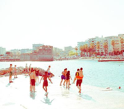 Kinder haben Spaß am Wasser - p432m1590377 von mia takahara