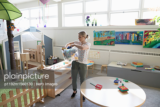 plainpicture - plainpicture p1192m1560130 - Preschool teacher cleaning ... - plainpicture/Hero Images