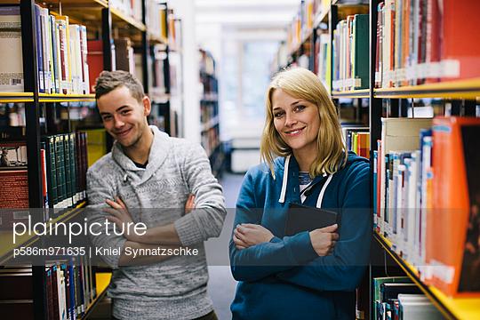 Junges Paar in der Bibliothek - p586m971635 von Kniel Synnatzschke