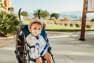 Portrait of young boy with mask on outside on vacation - p1166m2218269 by Cavan Images