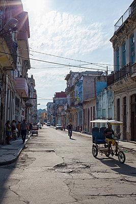 Street scene in Havana - p304m1092297 by R. Wolf