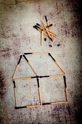 Haus aus angezündeten Streichhölzern - p451m2043642 von Anja Weber-Decker