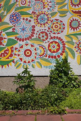 Blumendekor an Hauswand in Ost-Berlin - p627m1035403 von Christian Reister