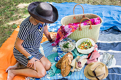 Picnic on the floor - p940m1169840 by Bénédite Topuz
