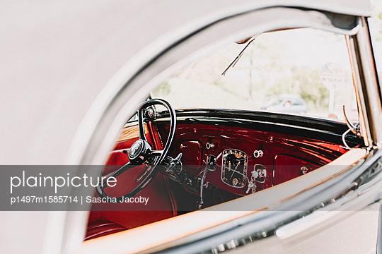 Rote Oldtimer Armatur im Sonnenlicht - p1497m1585714 von Sascha Jacoby