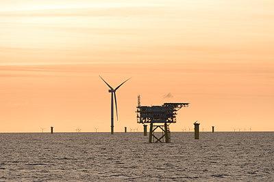 Morgenstimmung im Offshore Windpark Godewind mit Umspannstation - p1079m1092228 von Ulrich Mertens