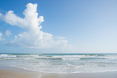 Clouds over beach in Surf City, North Carolina, USA - p1427m2077516 by Chris Hackett