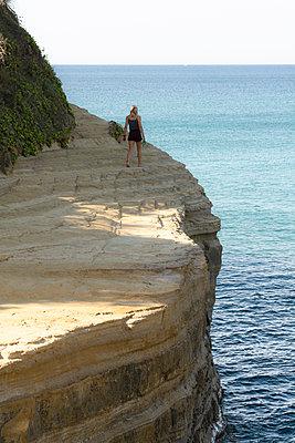 Junge Frau an der Felsküste - p1486m2100447 von LUXart