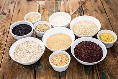 Cereal mix: black rice, red rice, barley, amaranth, quinoa, rice, bulgur, oats and buckwheat - p300m2103681 by Giorgio Fochesato