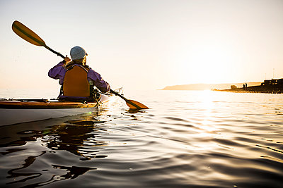 Young woman sea kayaking in Kachemak Bay, near Homer, South-central Alaska; Alaska, United States of America  - p442m1578710 by Scott Dickerson