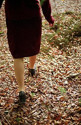 Rückansicht einer Frau im Wald - p4470275 von Anja Lubitz
