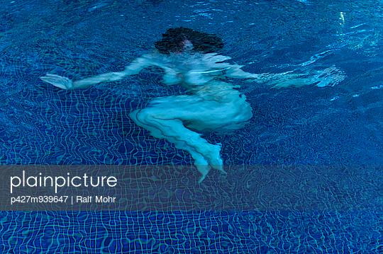 Frau unter Wasser - p427m939647 von R. Mohr
