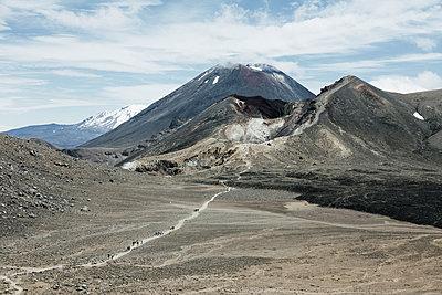 Wanderer im Tongariro Nationalpark - p1599m2173709 von Sandra Bergemann