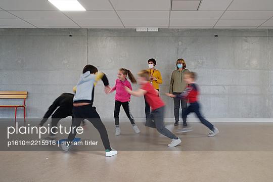 Gym at school during coronavirus - p1610m2215916 by myriam tirler