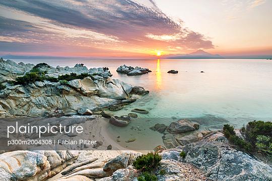 Greece, Macedonia, Chalkidiki, Sarti, Orange Beach at sunset - p300m2004308 von Fabian Pitzer