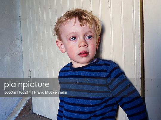 Blonder Junge im Streifenshirt - p358m1160214 von Frank Muckenheim
