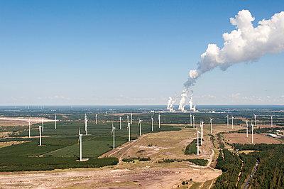 Windpark Cottbus mit Braunkohlenkraftwerk Jänschwalde - p1079m1042149 von Ulrich Mertens