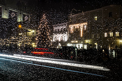 Germany, Bavaria, Burghausen, Christmas tree, car window with rain drops - p300m1115229f by Hans Mitterer