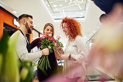 Florist advising customers in flower shop - p300m2084093 von Zeljko Dangubic