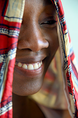 African woman with hood, close-up - p427m2285877 by Ralf Mohr