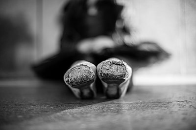 Close up of pointe shoes on ballet dancer - p555m1408362 by Shestock