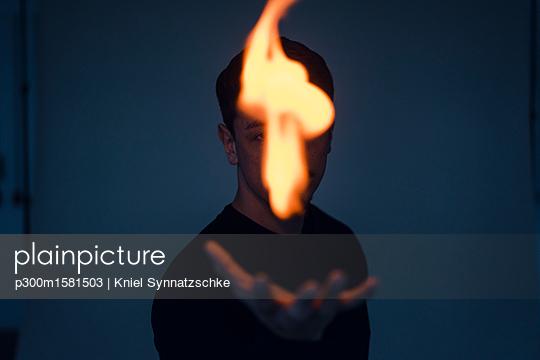 Magician with flame - p300m1581503 von Kniel Synnatzschke