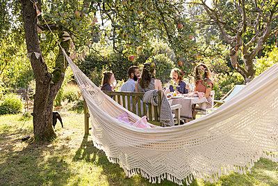 Garden party - p788m2037496 by Lisa Krechting