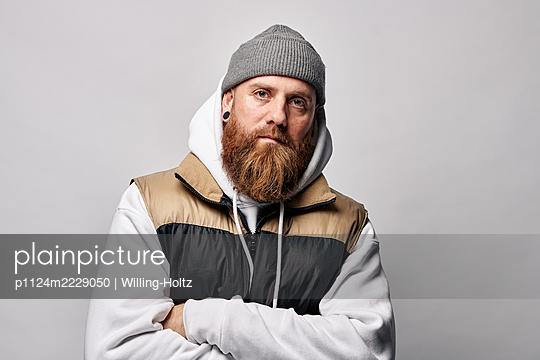 Porträt eines Mannes mit Vollbart und Strickmütze - p1124m2229050 von Willing-Holtz