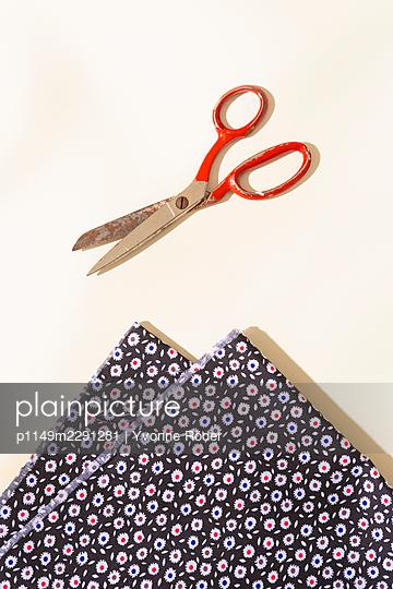 Cutting fabric - p1149m2291281 by Yvonne Röder