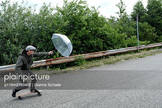 Mit Windkraft auf dem Skateboard - p116m2193402 von Gianna Schade