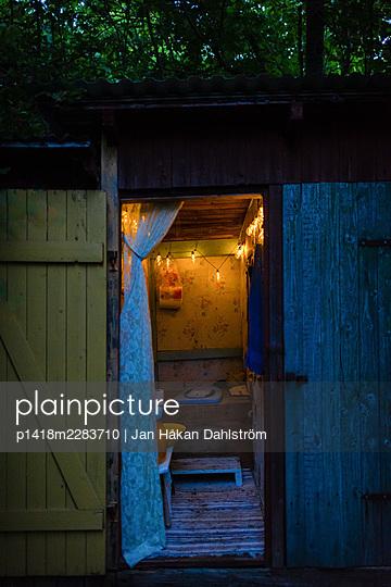 Illuminated outdoor toilet - p1418m2283710 by Jan Håkan Dahlström