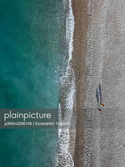 Georgia, Abkhazia, Gagra, Aerial view of Black Sea coastline and people on beach - p300m2256106 by Konstantin Trubavin