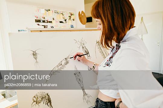 Künstlerin arbeitet am Bild - p432m2086859 von mia takahara
