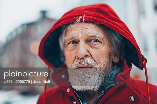 Elderly man in hooded jacket - p608m2258778 by Jens Nieth