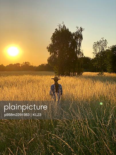 Woman enjoying the sunset - p958m2291983 by KL23