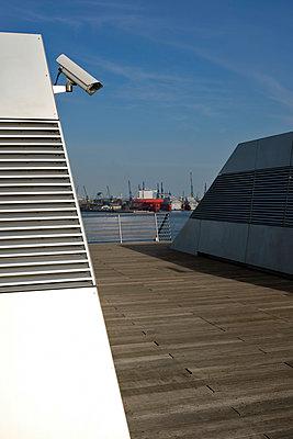 Terrasse mit Überwachsungskamera - p229m1563433 von Martin Langer