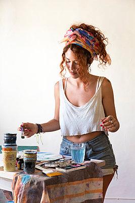 Young woman painting in art studio - p300m2103113 von Sus Pons
