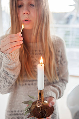 Girl holding candle - p312m1472481 by Christina Strehlow