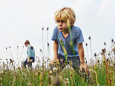 Mutter und Sohn suchen Heuschrecken - p358m1516359 von Frank Muckenheim