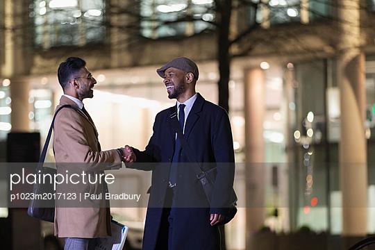 plainpicture - plainpicture p1023m2017123 - Businessmen handshaking on ... - plainpicture/Caiaimages/Paul Bradbury
