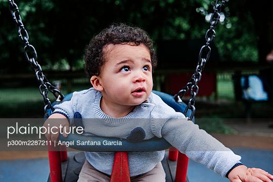 Family in the park. London, England. - p300m2287211 von Angel Santana Garcia