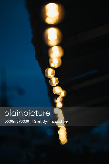 Lichterkette an einem Haus  - p586m973038 von Kniel Synnatzschke